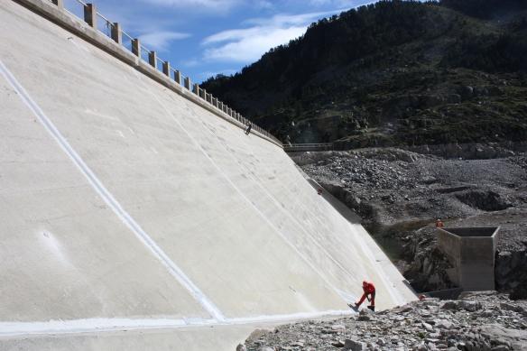 Les techniciens EDF contrôle le barrage d'Escoubous.