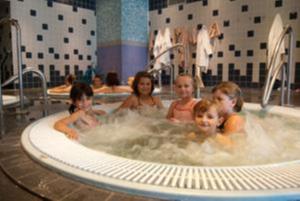 Plaisir des bains pour les enfants curistes.