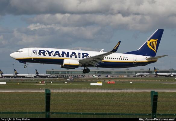 Un avion de Ryanair à l'atterrissage.