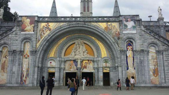 L'entrée de la Basilique Notre-Dame-du-Rosaire.